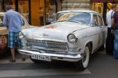 "Soviet retro white car ""Volga"" GAZ-21 retro rally Gorkyclassic about Gum, Moscow, front view — Stock Photo"
