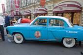 """苏联复古蓝色车""""伏尔加""""嘎斯 21 复古拉力赛 gorkyclassic 关于口香糖,莫斯科,侧视图 — 图库照片"""