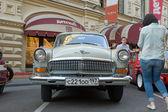 """Sovyet retro beyaz araba """"volga"""" gaz-21 retro ralli gorkyclassic, sakız mağaza, moskova, önden görünüm — Stok fotoğraf"""