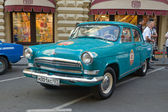 "Oviet retro car bright green ""Volga"" GAZ-21 retro rally Gorkyclassic about Gum, Moscow, front view — Stock Photo"