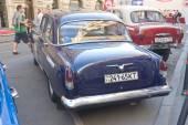 """Sovětské retro auto černá a modrá """"Volha"""" gaz-21 retro rallye gorkyclassic o guma, Moskva, zadní pohled — Stock fotografie"""