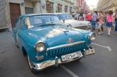 """The number of Soviet retro cars """"Volga"""" retro rally Gorkyclassic in the Parking lot near Gum Department store, Moscow — Foto Stock"""