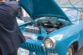 "Soviet retro car ""Volga"" GAZ-21 retro rally Gorkyclassic about Gum, Moscow, view of the outdoor hood — Stock Photo"