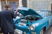 "Soviet retro blue car ""Volga"" GAZ-21 retro rally Gorkyclassic about Gum, Moscow, view of the outdoor hood — Foto de Stock"