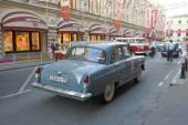 "Soviet retro grey car ""Volga"" GAZ-21 in motion on retro rally Gorkyclassic near Gum Department store, Moscow — Stock Photo"