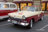 """Soviet retro two-tone car """"Volga"""" GAZ-21 2-series on retro rally Gorkyclassic in the Parking lot near Gum Department store, Moscow — Stock Photo"""