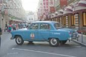 """Sovietico vecchia auto blu """"volga"""" gaz-21 rally retrò gorkyclassic nel parcheggio vicino vista laterale di gomma grande magazzino, mosca — Foto Stock"""