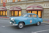 """Soviet old blue car """"Volga"""" GAZ-21 retro rally Gorkyclassic in the Parking lot near Gum Department store, Moscow, side view — Stockfoto"""