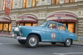 "Soviet car blue ""Volga"" GAZ-21 retro rally Gorkyclassic in the Parking lot near Gum Department store, Moscow — Foto Stock"