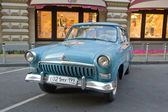 """Soviet old blue car """"Volga"""" GAZ-21 retro rally Gorkyclassic in the Parking lot near Gum Department store, Moscow, front view — Foto Stock"""