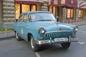 """Soviet car blue """"Volga"""" GAZ-21 retro rally Gorkyclassic in the Parking lot near Gum Department store, Moscow, front view — Foto Stock"""