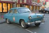 """Soviet old blue car """"Volga"""" 21 retro rally Gorkyclassic in the Parking lot near Gum Department store, Moscow, front view — Foto Stock"""