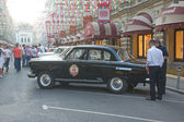 "Soviet retro black car ""Volga"" GAZ-21 retro rally Gorkyclassic in the Parking lot near Gum Department store, Moscow — Foto Stock"