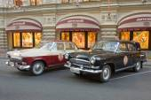 "Two retro car ""Volga"" GAZ-21 retro rally Gorkyclassic about Gum, Moscow, front view — Stock Photo"