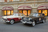 "Two retro car ""Volga"" GAZ-21 retro rally Gorkyclassic about Gum, Moscow, front view — 图库照片"