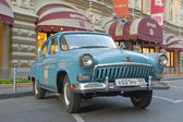 "Soviet retro black car ""Volga"" GAZ-21 retro rally Gorkyclassic about Gum, Moscow, front view — 图库照片"
