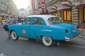 "Soviet blue car with a white roof ""Volga"" GAZ-21 retro rally Gorkyclassic about Gum, Moscow, side view — ストック写真"