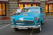 "Soviet blue car ""Volga"" GAZ-21 retro rally Gorkyclassic about Gum, Moscow, front view — ストック写真"