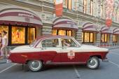 "Soviet two-tone retro car ""Volga"" GAZ-21 retro rally Gorkyclassic about Gum, Moscow, front view — Stock Photo"