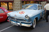 """Soviet retro two-tone car """"Volga"""" GAZ-21 first series on retro rally Gorkyclassic about Gum, Moscow, front view — Foto Stock"""