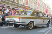 """Soviet car maintenance Olympics-80 in Moscow """"Volga"""" GAZ-24 on retro rally Gorkyclassic about Gum, Moscow, rear view — Stock Photo"""
