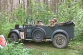 """Automobilistica tedesca horch-901 in movimento sul retro rally nei boschi, 3 ° incontro internazionale """"motori della guerra"""", vicino la città di chernogolovka, regione di Mosca — Foto Stock"""