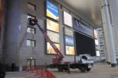 "Hanging advertising on the new shopping center ""Kaleidoscope"" in Tushino district, MOSCOW, RUSSIA — Стоковое фото"