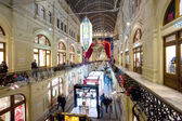 Evening new year's eve gala interior in the Main Department Store (GUM), MOSCOW, RUSSIA — Стоковое фото