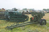 "French light armored tractor Renault UE and the Soviet gun ZIS-3, 3rd international meeting ""Motors of war"" near the town of Chernogolovka, Moscow region — Stock Photo"