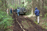 "Off-road vehicle Toyota Land Cruiser with expanded cable in the forest, 3rd international meeting ""Motors of war"" near the city Chernogolovka — Foto de Stock"
