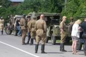 "Re-enactors and military convoy of vintage cars on the road, the 3rd international meeting of ""Motors of war"" near the city Chernogolovka, Moscow region — Stock Photo"