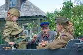 """Re-enactors in uniform, sitting in the car, Russia, 3rd international meeting """"Motors of war"""" near the city Chernogolovka, Moscow region — Stock Photo"""