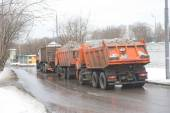 All of the orange trucks at the entrance to the snow melting point Moscow — Foto de Stock