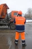 Employee Mosvodokanal monitors the discharge of snow from the truck, snow melting point Moscow — Stock Photo