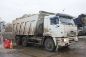 White dump truck KAMAZ about negotable on snow-melting point, Moscow — Stock Photo