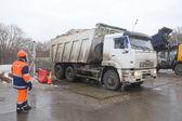 White dump truck KAMAZ and employee Mosvodokanal about negotable on snow-melting point, Moscow — Stock Photo