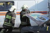 Firefighters open the hood and disconnect the battery emergency vehicle on the teachings of the Ministry of emergency situations, Moscow — Stock Photo