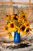 Bukiet jasne żółte kwiaty na parapecie — Zdjęcie stockowe