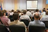 Zadní pohled lidí sedí u stolu v třídě a poslechu prezentace — Stock fotografie