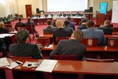 Mensen zitten achter op de business-conferentie — Stockfoto