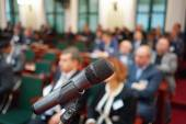 Microphone in focus against blurred audience — Photo