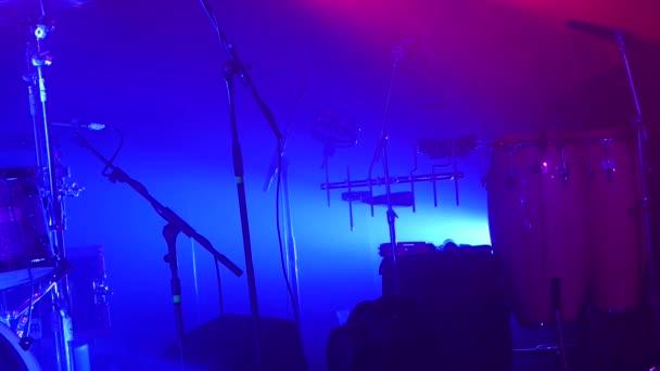 Música instrumentos musicales - bateria musical - en el fondo de la barra — Vídeo de stock