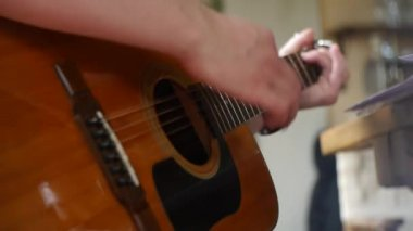 Guitarist playing acoustic guitar - Guitarists hands — Stock Video