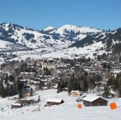 Ski slope and view of Gstaad in winter — Stock Photo