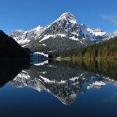 Podzimní scéna na jezero Obersee, Švýcarské Alpy — Stock fotografie