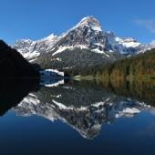 Cena de Outono no Lago Obersee, Alpes suíços — Fotografia Stock