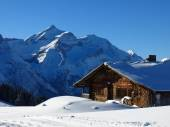Snow Covered Oldenhorn And Facade Of A Old Farmhouse — Foto de Stock
