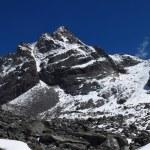 Steep trekking route to the Cho La mountain pass — Stock Photo #79219742