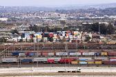 Kontejnery ve frontě a v přístavu — Stock fotografie