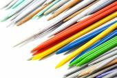 Pontas de agulhas de tricô plástico multicoloridos em branco — Fotografia Stock